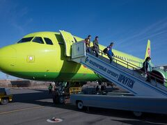 定刻通りイルクーツクに到着 この空港へのアプローチは、ロシアで最も難しいと言われているそうで、着陸時には拍手がパラパラ。 僕ら以外3名の乗客による拍手でした。 よくやった機長!