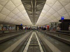 香港到着です。 此処で北京行のドラゴン航空に乗継 約2時間の乗継ですが、機材の故障で出発が遅延 結局修理できずに代替機に振替 ひろーい香港空港を再度移動させられます。