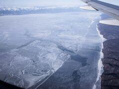着陸のサインが点灯し、高度を下げると眼下にバイカル湖が見えた!