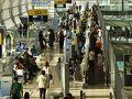今回はシベリア航空のHPからチケットを購入(NET 29,900RUB/人) 当日はイルクーツクへの直行便が無いため、キャセイ&ドラゴン航空の利用 バンコクから香港はキャセイ 香港から北京はドラゴン航空 そして、北京からイルクーツクまではシベリア航空 何故か、キャセイの搭乗口はいつも空港最果ての彼方です。