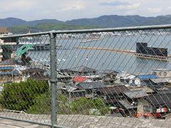 瀬戸大橋を見ながら風の道を旧鷲羽山駅を超えて左に曲がり北上すると、 高台から瀬戸内海が見え、 直下にはボートレース場でボートの爆音が聞こえ、 ボートが何台か疾走しているのが見えました。 レースが始まったのかと思ったら違っていた。 青年の頃に一度児島競艇に行ったことがある。