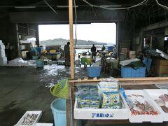 鷲羽山から下津井の町に下り、旧下津井駅に向かいます。 瀬戸大橋の下を横切り、下津井の町を横断します。 途中、むかし下津井回船問屋と田之浦吹上漁協直売所に寄る予定です。 下津井港の水揚げの魚介類の直売で売り切れで終了ですが、 まだたくさん残っていました。 生物はちょっと買って帰れません。 干しダコや干しみる貝はありませんでした。