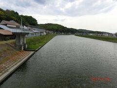 旧野崎家住宅まで約7km、そこから茶屋町までは約14km。 どこまでいけるでしょうか?後1時間15分ほどです。 わりと大きな倉敷川を渡りました。 後2kちょっとで茶屋町です。 何とか茶屋町まで行けそうです。 倉敷川は観光で有名な美観地区から流れて来て児島湾に流れています。