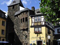 写真はコッヘムのAlte Thorschenkeホテル&レストラン アルテ トルシェンケ D-56812 Cochem 、Brueckenstrasse 3  http://www.alte-thorschenke.de/restaurant.htm  3星・全35室。アルテ トルシェンケはモーゼル・コッヘムの600年以上の歴史を語るホテル・ワイン酒場である。ドイツの最も有名なワイン酒場であり、コッヘムの家並みを語る上で欠かせぬものである。誰もが旅での最も気に入りの写真として、このアルテ トルシェンケを撮っている。 1970年代の古城ホテルの加盟リストにここも掲載されていたので、昔からよく知っているが、宿泊や食事をしたことは無い。  その歴史はトリアーの大司教・選帝侯Balduin von Luxemburgバルトウィン・ルクセンブルク伯(1285年頃~1354年)が1332 年に町を守る要塞を建てた時の一部にあたる。当初、城壁看守や兵たちの住居に利用されていた。 その後、17世紀末、仏軍に焼かれて黒くなったと思われる城壁とEnderttorエンデルト門に連結した建物は薄い黄土色の壁、木組みの家(ホテル兼酒場)である。  アルテ トルシェンケの美味しい料理やワインが有名になり、時代とともに、魅力は増し、画家たちはロマンチックなアルテ トルシェンケを描き、詩人は同様にアルテ トルシェンケを詩歌で称揚した。 序ながら、ケルンやフランクフルト間との郵便馬もここが起点になっていた。