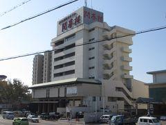 浜松駅から東海道線に乗り、3つめの弁天島駅で降ります。今夜のお宿、開春楼は駅の目の前。私が住んでいた頃にはこのホテルはまだありませんでした。