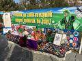 廟の周辺の歩道の両側には、地元の女性たちがテーブルを並べ、手作りの飾りを展示している。  ネウローズ(Newroz)のお祭りらしい。  謎のカラフルな造花を飾っていたり、持っていたりする人たちがたくさんいた。