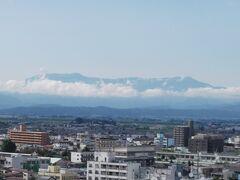 翌日、会津若松の鶴ヶ城からみた飯豊連峰 左側のピークが最高峰の大日岳です