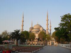 朝日に照らされるブルーモスクにやってきました。朝早いので、まだオープンしてないようです。  この時、「やぁ、どこから来たの?日本人?」って声をかけられました。 どうせ、めんどくさい事になるから最初は無視してたんですが、、