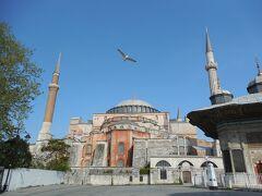 続いてブルーモスクの正面にあるアヤソフィアにやってきました。 こちらの建物はキリスト教の大聖堂として建てられた後に、イスラム教のモスクとして利用された建物です。
