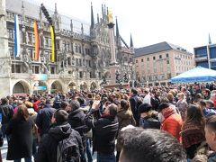 マリエン広場に集まる人々