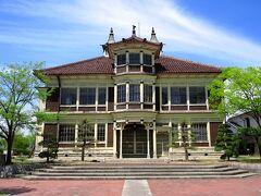 大泉駅から5分のところに旧亀岡家住宅があります。 モダンな洋風建築で、重要文化財です。