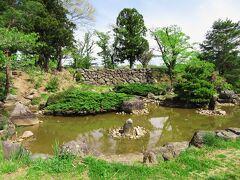 梁川城は伊達氏によって築城され、 1664年の廃城まで南奥州の要でした。  本丸があったとされる場所には小学校があり、 校庭の発掘調査が行われて、「心字の池」が 復元されました。   この後、須賀川の名所へ行く予定でしたが、 JR線内で遅れが発生し、断念しました。 福島のカフェで一休みし、17時の東北線で 須賀川まで移動しました。