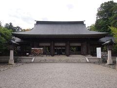拝殿です。お参りをした時丁度お坊さんもお参りしていました。お坊さんが神社にお参りするところなかなか見た事なかったので珍しいなあと失礼ながらおもいました。(お寺の中にも小さな神社があるのが一般的なので全く問題はないのですが)