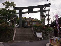銅の鳥居に出てきました。金峯山寺の第一門だそうです。重要文化財。世界遺産の構成資産です。