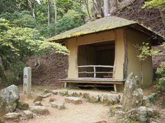 奥千本の西行庵です。一見木製に見えますがコンクリート製です。