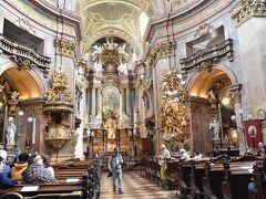 ペーター教会。 ウィーンで1番目だか2番目だか、とにかく古い教会。大聖堂のような広さはないけど、こじんまりとした教会は装飾がとても綺麗。ヨーロッパの教会はどれも同じにみえる~ていう人がいますが、私には全部ちゃんと違って見えます。  (でも宮殿の天井画とかはわりと全部一緒にみえてしまう・・・笑)