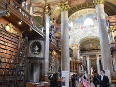国立図書館。 本を手にとることは出来ません!