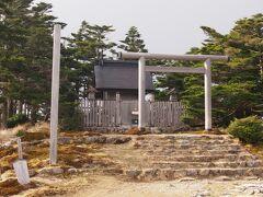 ほんの数分で頂上到着。第54靡、弥山到着とします。今日無事に到着したお礼を兼ねてお詣りしました。神社は弥山弁財天神社というそうで天河神社の奥の院になるそうです。