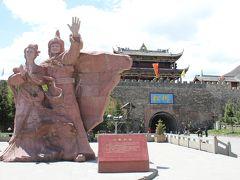 そして今回の旅最初の観光地、松藩に到着  チベット族の英雄ソンツェン・ガンボとそこに嫁いだ漢族の皇女文成公主の像 漢民族による民族融和策に巧みに利用されている  30分くらいで一回りできるだろうと考えていたら、タクシーの運ちゃんから1時間半後に落ち合おうと提案 確かに古城内をゆっくり見学するとそのくらいかかります