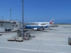 到着! JTAのジンベイザメ機も発見。 いつか乗って離島に行きたいな。  テンション上がってきましたよ \(^-^)/