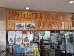 ここは何を食べても美味しいですが、沖縄上陸最初のご飯は、沖縄そばとゴーヤチャンプルーとほぼ決まっております。 地元の人に人気なのが(私の独自の調査によると)とんかつ定食。 ボリュームあるとんかつに、ソーキそばが付いてくるセット。 若者から高齢者まで、沖縄の人はよく食べます^^