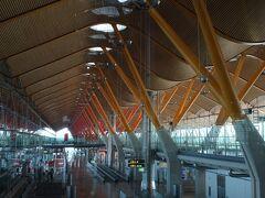 わずか2時間のフライトでマドリードに到着。空港からはレンフェでアトーチャ駅へ向かいます。