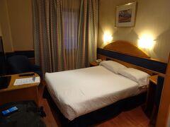 ホテルはアトーチャ駅から徒歩で7~8分くらいのアグマールホテル。日本人がたくさんいます。
