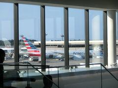 今回の旅行では乗船地のロングビーチまでは、ロサンゼルス経由で向かいます。成田~ロサンゼルス間はアメリカン航空を利用しました。 アメリカン航空を利用したのは、予約を入れた2016年5月時点で復路のロサンゼルス発が18時発と一番遅かったからです。というのはクルーズの下船時間は9時ですが、天候や港湾当局の手続き次第では後ろに倒れてしまう可能性があり、ロサンゼルスを午前中に出る便は乗り遅れるリスクがあるからです。予約後、アメリカン航空のフライトスケジュール変更で18時出発便がなくなるというハプニングがありました。しかし、会社都合変更のために、無料でコードシェアしている午後13時発の日本航空に振替えてくれました♪