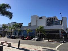 前泊した「コートヤード ロングビーチ ダウンタウンホテル」。「Flyaways」のバス停からは徒歩5分の立地、近くに大衆スーパー「Vons」があって便利。