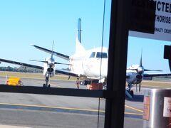 アデレードからプロペラ機でマウントガンビアへ。 ここはまだ南オーストラリア州。 とても小さな空港。飛行機が離発着する時しか人がいないのかな。