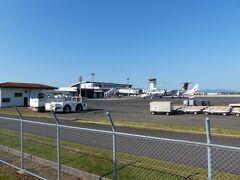 フツーに道の横に空港があります。