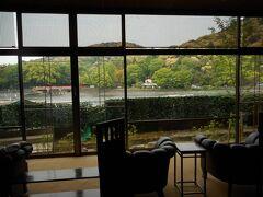 宇治の宿は「花やしき浮舟園」  川沿いのラウンジ