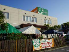 ホテル近くに沖縄特産市場YONAR'Sというお店があり寄ってみました。 こちらは、沖縄本島北部・大宜味村の農家が育てたシークヮーサーを皮ごとしぼったジュースや調味料、ジャムなどの加工品を製造している会社の直営店のようです。