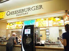 フードコートにて昼食を食べる事に・・・  「チーズバーガーファクトリー」です。  店員のおばさんは少し愛想悪い感じかな(^^;;