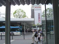 バス停は地上広場にあります