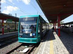 広電宮島口駅からは日中、9分間隔で広島駅前行きが出ている。 先発の電車は、すでに混雑していた。