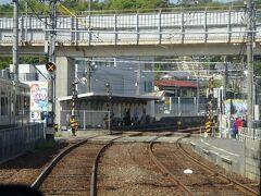 駅構内(左側に続いている)が終わってすぐのところにある、競艇場前駅。 臨時駅で普段は通過するが、今日は競艇が開催されているようで、停車する。