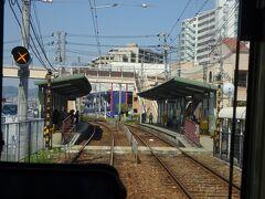 広電阿品駅。 ホームの向こうに見える歩道橋が、左方向にあるJR阿品駅につながっている。
