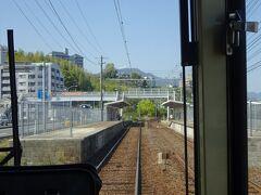阿品東駅。  この宮島線には、平成の初め頃まで、線内限定で普通の電車が走っていた。 その時代の名残で、このような高いホームが残っている駅がある。