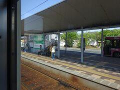 廿日市市役所前駅。 ホームとバス乗り場が一体化している。