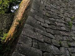 9時少し前に丸亀城へ。 有名な石垣には感激。 登るのがなかなか大変です。