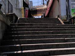 山内うどんから北上し金刀比羅宮へ。 駅近くの町営駐車場に止めて階段下へ。 結構登ることになります。