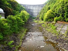 鶴富屋敷からほんの5分程度のところに、 上椎葉ダムを正面に見ることができる橋があります。  でも、本当はダムを上から正面に眺められる展望台があるそうで、 探したのですが教えてもらった入口が見つけられず、 タイムリミットで敢え無く断念。  ただし、通常は、女神公園を目指すと、 ダムを上から眺められる展望台があるそうです。 (正面ではない)