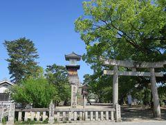 駅から歩いてすぐ、金刀比羅宮北神苑  高燈籠があります 燈籠では日本一の高さ 1865年(慶応元年)に完成し、燈籠では日本一の高さ(27m)、国の重要有形民俗文化財に指定されています。  瀬戸内海を航海する船の指標となり、船人がこんぴらさんを拝む目標灯にもなっていました。