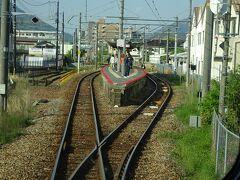 下祇園駅。 狭い島式ホームに乗客がたくさん立っていた。