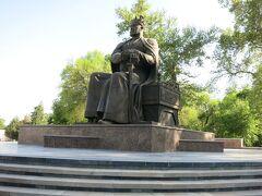 サマルカンド市内にもあるティムール像。