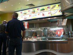 ターミナル2階出発ロビーにあるAussie Burger Barでハンバーガー。