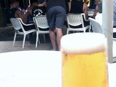 金曜日の夜にスーパーラグビーの試合があった。  木曜日の夜、飲みに行ったホテルのバーにいたNZクルセイダーズの選手たち。 試合前日なので、水とピザ食べていた。  彼らを見つめながら飲むビール。