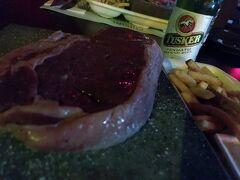 最終日の夜ご飯は、 ストーングリルでバヌアツ牛のサーロインステーキ。 250グラムで1,550バツ。