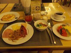 ホテルでの朝食です。 お粥にしました。 何でパンにしなかったんだろう? ベトナムといえば美味しい「パン」。後悔です。